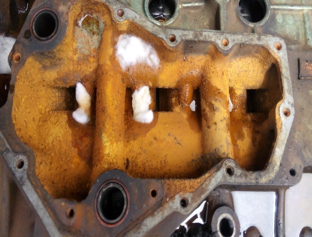RUST/CORROSION IN WATER JACKET OF A HEAVY DUTY ENGINE BLOCK.